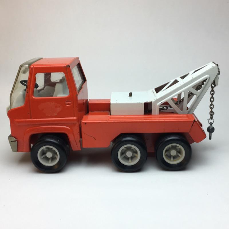 Roter Tonka Rico Abschleppwagen rechts