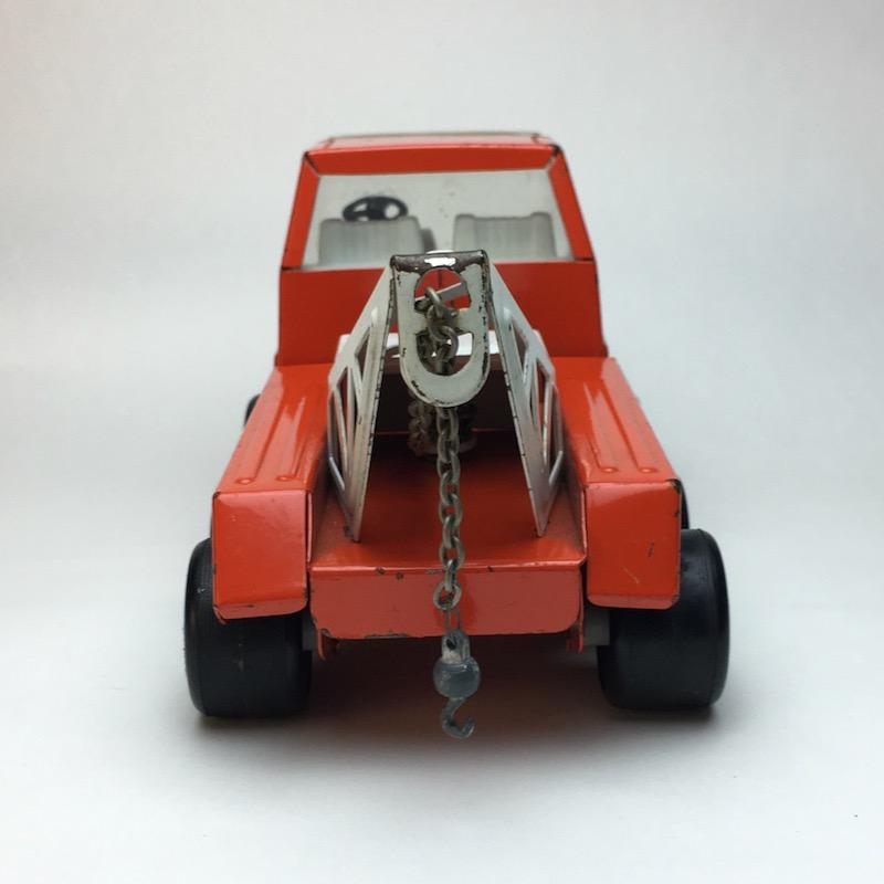 Roter Tonka Rico Abschleppwagen von hinten