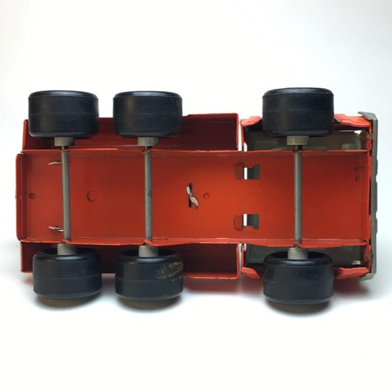 Roter Tonka Rico Abschleppwagen Unterseite