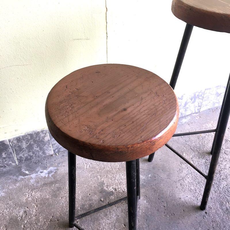 Sitzhocker Industrie Hocker Stahl Holz Dreibein Sitzfläche links