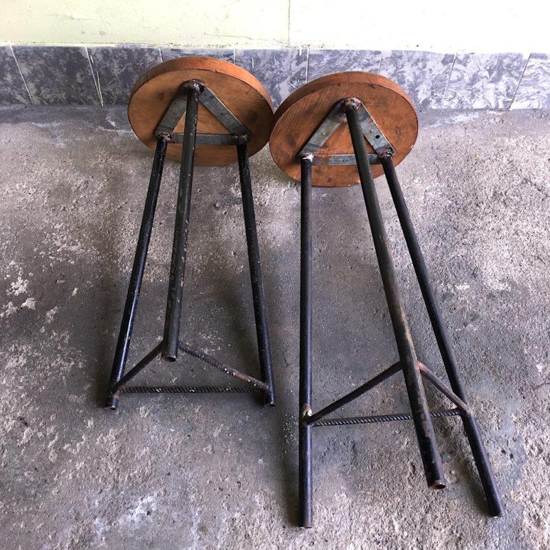 Sitzhocker Industrie Hocker Stahl Holz Dreibein von unten